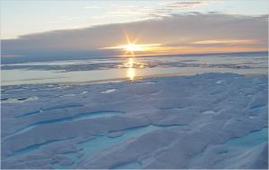 По мере таяния арктических льдов Германия хочет гарантий, что ее ученые получат неограниченный доступ в этот регион. Но им препятствуют русские, а также другие арктические государства, которые не спешат и вообще не очень склонны сотрудничать. А Берлин тем временем также положил глаз и на другие трофеи Северного полюса - природные ресурсы и морские пути.